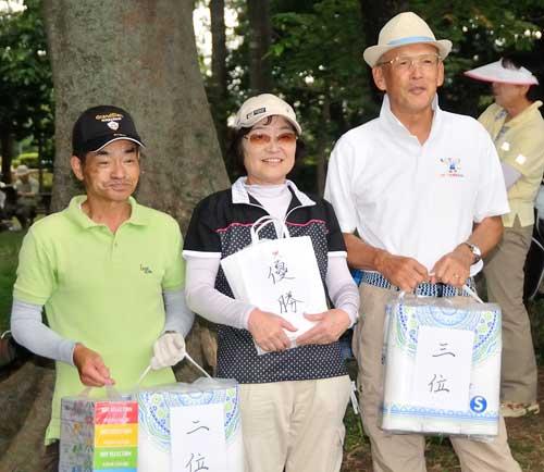 入賞者:右から、3位&ベスグロ松山さん、優勝の篠崎さん、準優勝の武澤さん