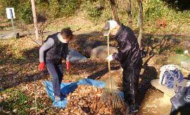 落ち葉を集積場所へ運ぶ