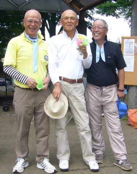 入賞者:左より 準優勝:佐藤忠平さん、優勝&ベスグロ:松山紀夫さん、3位:山内英雄さん 何となく眩しい気がするのは気のせいでしょうか。