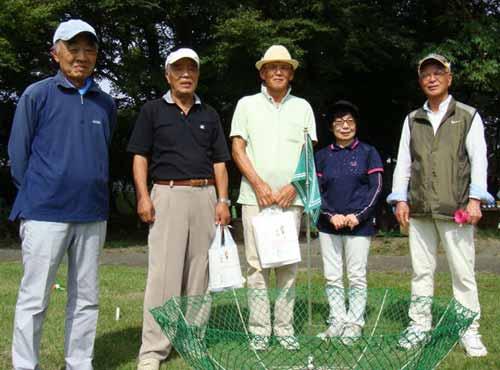 入賞者 右から、5位:佐藤忠平さん、4位:宮内豊子さん、優勝&ベスグロ:松山紀夫さん、準優勝:相沢泰彦さん、3位:五十嵐忠さん